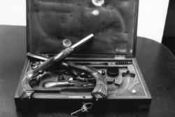 [Hôtel des ventes de l'Hôpital : exposition des pistolets du colonel Duhamel (Jean Chenu et Benoît Scrive, commissaires-priseurs)]