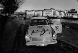 """[Une Trabant publicitaire """"Achtung baby"""" (U2)]"""