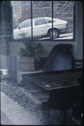 La rue, le piano : Vitrine située rue Bodin