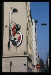 Décoration en relief sur un mur rue Pierre Corneille
