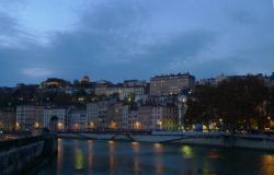 Vue de la passerelle Saint-Vincent la nuit, quai Pierre Scize