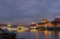 Vue de nuit du pont Wilson, l'Hôtel Dieu en arrière plan