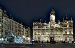 Vue de nuit de l'Hôtel de ville et de la place des Terreaux. La fontaine Bartholdi au premier plan.