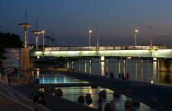 Vue du pont de la Guillotière la nuit, depuis les berges du Rhône