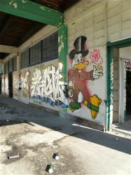 Tag sur la façade : Oncle Picsou, grossiste du marché