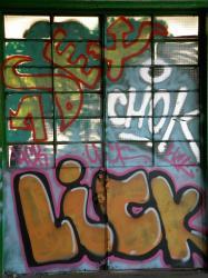 """Tag """"Sex, Chok, lick..."""" sur une porte vitrée"""