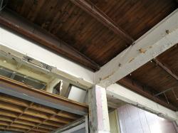 Marché de gros : intérieur du bâtiment, détail de la charpente en bois