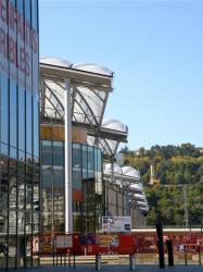 Vue du pôle de loisirs et de commerce dont les arcades rappellent celles du marché de gros