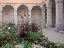 La cour fleurie du Clos Saint-Benoît