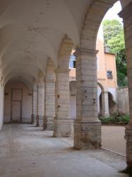 Sous les arcades du Clos Saint-Benoît