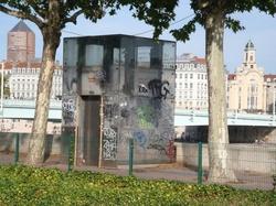 Ascenceur TCL recouvert de graffiti