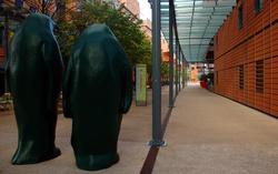 "[""Deux Pingouins"", sculpture de Xavier Veilhan]"