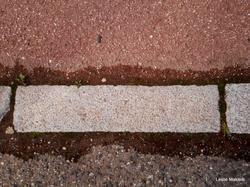 Les monuments en détails : bordure de trottoir