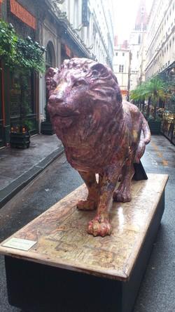 Une sculpture de Lion sur un socle