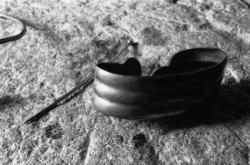 [Maison du patrimoine de Hières-sur-Amby : bracelet et fibule]