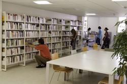 [Rayonnages de la bibliothèque du 4e arrondissement rénovée]