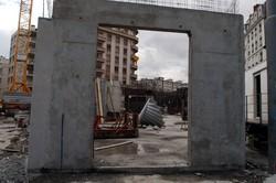 [Le chantier de la bibliothèque Jean Macé du 7e arrondissement vu d'une porte en construction]