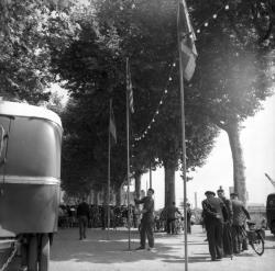 [Installation de drapeaux à l'extrémité du camp]