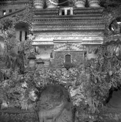 [Façade Nord du Palais Imaginaire : La Grotte de la Biche]