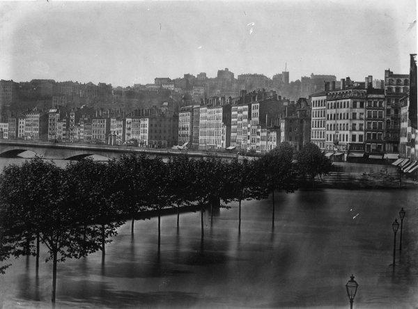 [Inondations de Lyon (1856) : vue du pont de Nemours, du quai Villeroy et du quai d'Orléans]