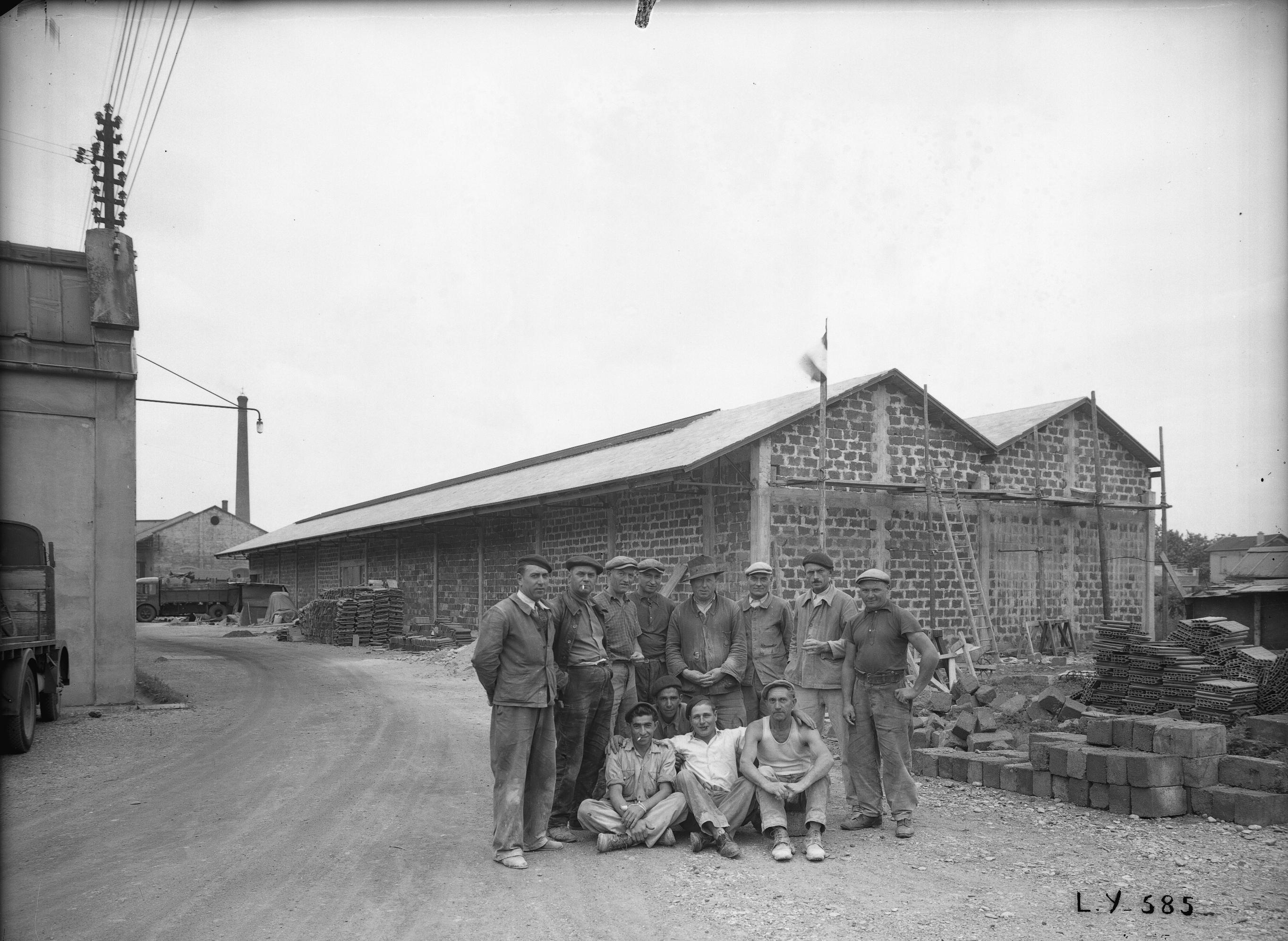 Photographes en rh ne alpes mat riel lectrique sw schneider westinghouse ouvriers devant - Materiel electrique schneider ...