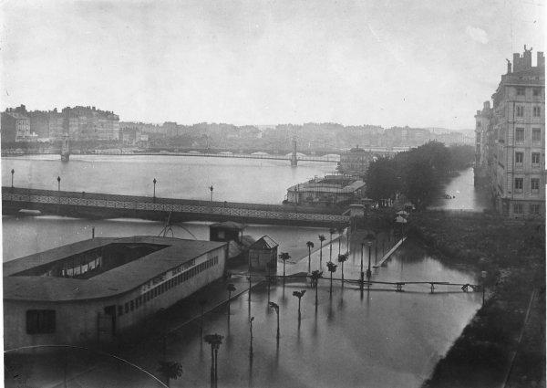 [Inondations de Lyon (1856) : vue du quai de Retz et de la place Tolozan]