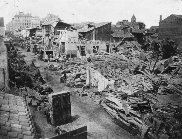 [Inondations de Lyon (1856) : vue des dégâts causés par les eaux dans la rue Madame ou Monsieur (maison Marmonier)]
