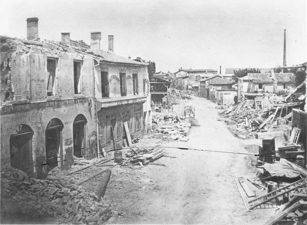 [Inondations de Lyon (1856) : vue des dégâts causés par les eaux dans la rue de l'Hôtel du Lion d'Or, rive gauche du Rhône]