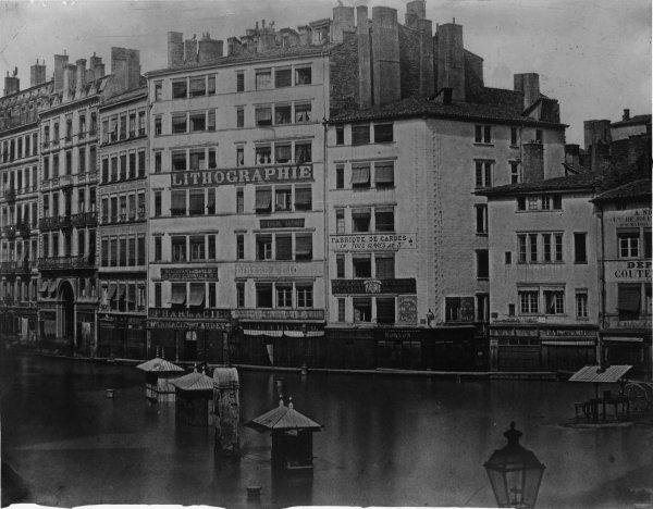 [Inondations de Lyon (1856) : vue de la place de la Préfecture et du passage de l'Argue]