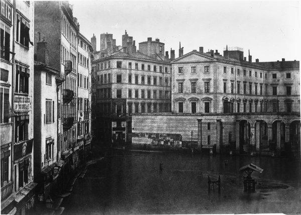 [Inondations de Lyon (1856) : place de la Préfecture et hôtel de la préfecture du Rhône]