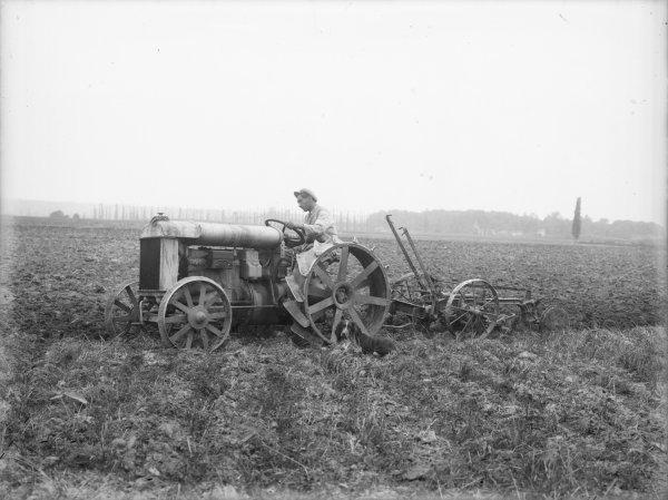[Ecole d'agriculture de Cibeins : tracteur au labourage]