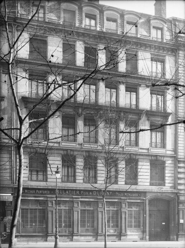 """[Façade d'un immeuble et devanture du magasin """"Mulatier fils et Dupont""""]"""