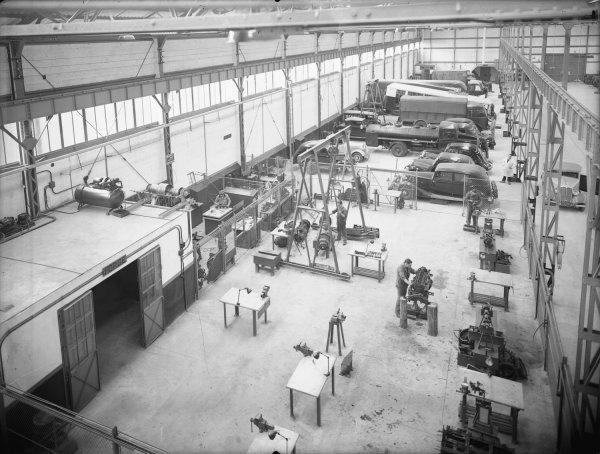 [Station-service Renault : vue générale du hall]