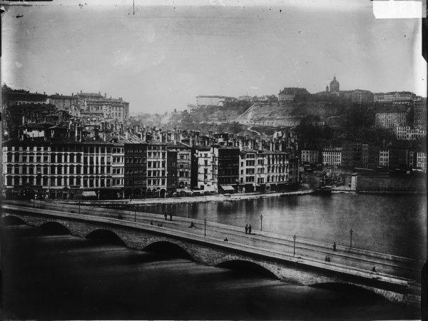 [Inondations de Lyon (1856) : vue de la montée des eaux sur le pont du Change et le quai de Bondy]