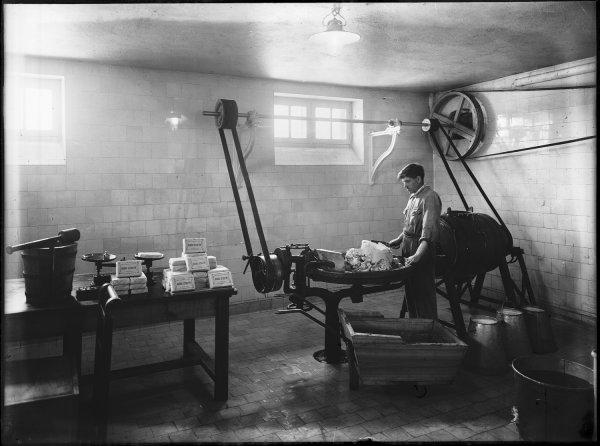 [Ecole d'agriculture de Cibeins : fabrication du beurre]