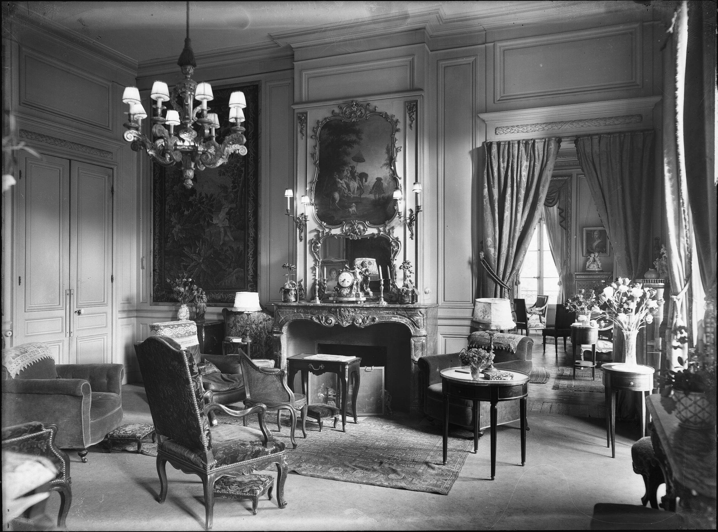 photographes en rh ne alpes ch teau salon avec chemin e orn e et tapisserie sur le mur m. Black Bedroom Furniture Sets. Home Design Ideas