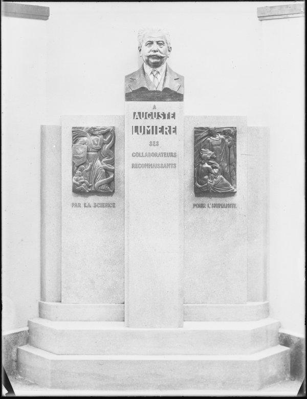 [Monument à Auguste Lumière, dans l'atrium de la clinique Lumière]