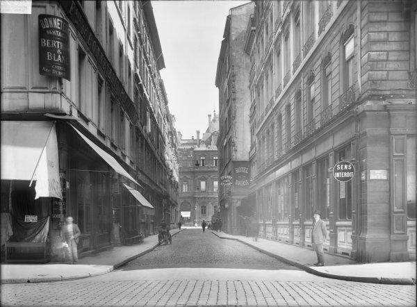 [La rue Dubois vue depuis la rue de l'Hôtel-de-Ville]