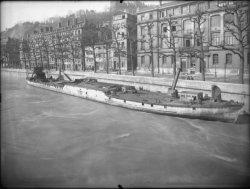 [Compagnie nationale du Rhône (CNR) : péniche amarrée devant le groupe scolaire du quai Fulchiron]