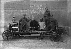 [Ecole de guerre de Lyon, 1914-1915 : soldats avec un chassis Opel pris à l'ennemi]