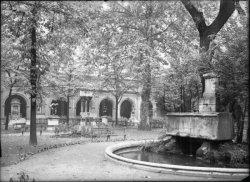 [Le Palais Saint-Pierre : la cour intérieure du musée de Lyon et la fontaine centrale surmontée d'une statue en bronze d'Apollon]