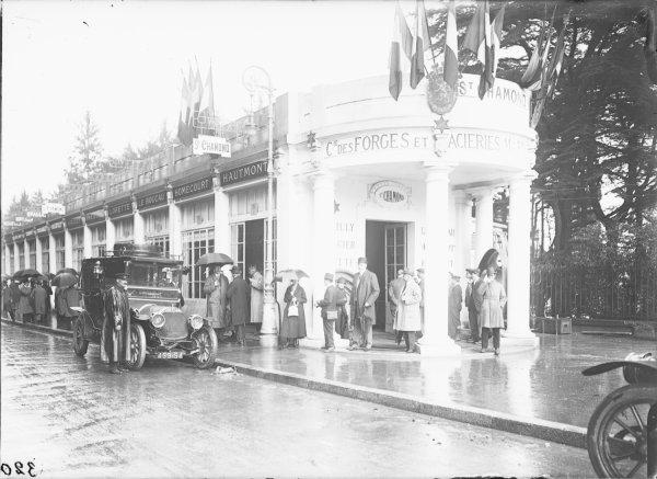 [Foire de Lyon en 1917, stand de la Compagnie des forges et aciéries de la Marine et d'Homécourt (F.A.M.H.), dans les bâtiments du quai de la Tête-d'Or]