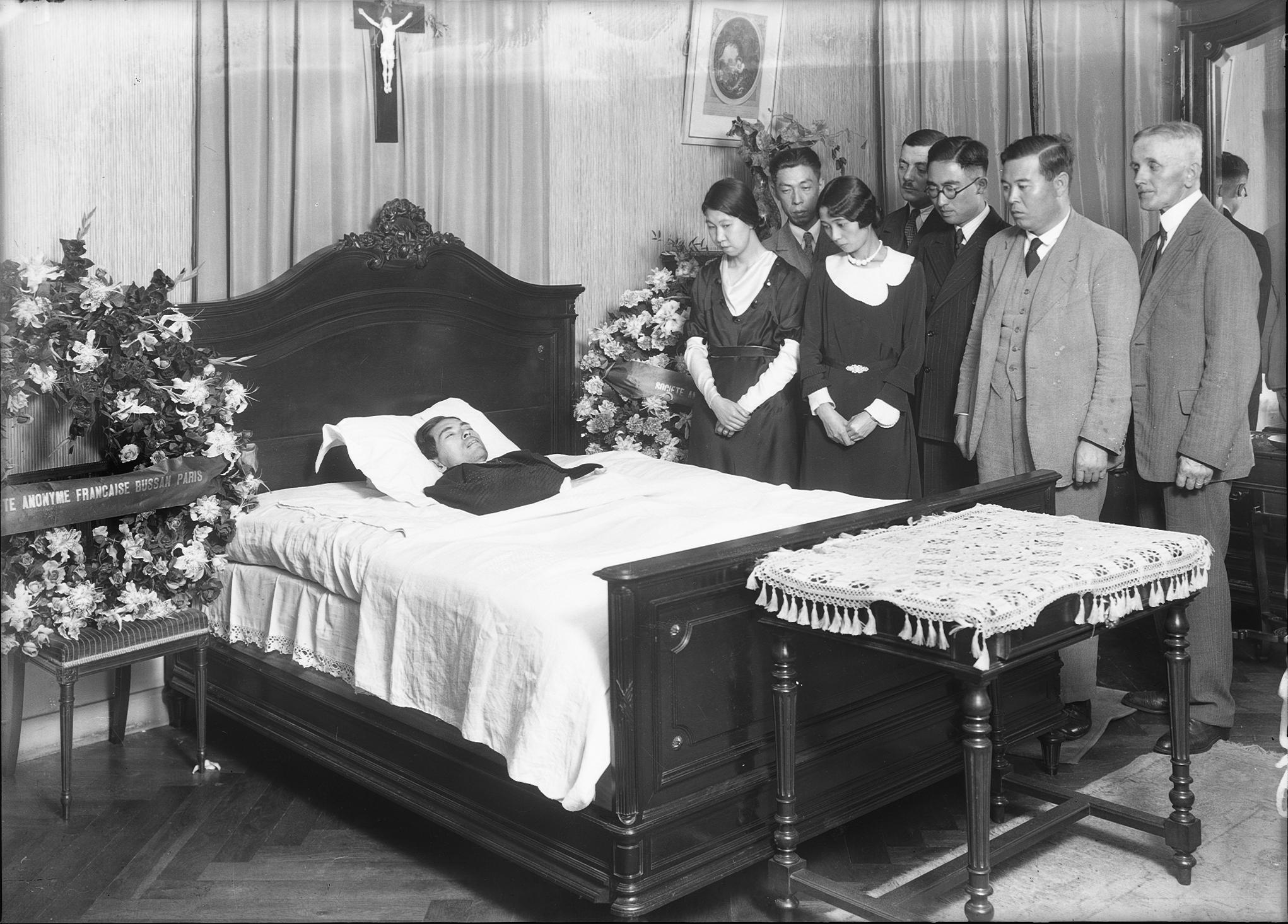 photographes en rh ne alpes enterrement de monsieur hara le defunt sur son lit de mort. Black Bedroom Furniture Sets. Home Design Ideas