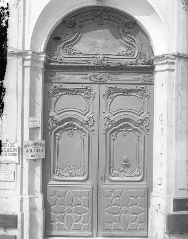 [19, place Tolozan : porte cochère sculptée de la maison Antoine Tolozan]