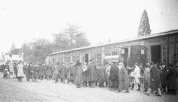 [Foire de Lyon en 1917 : visiteurs devant les stands du quai de la Tête-d'Or]