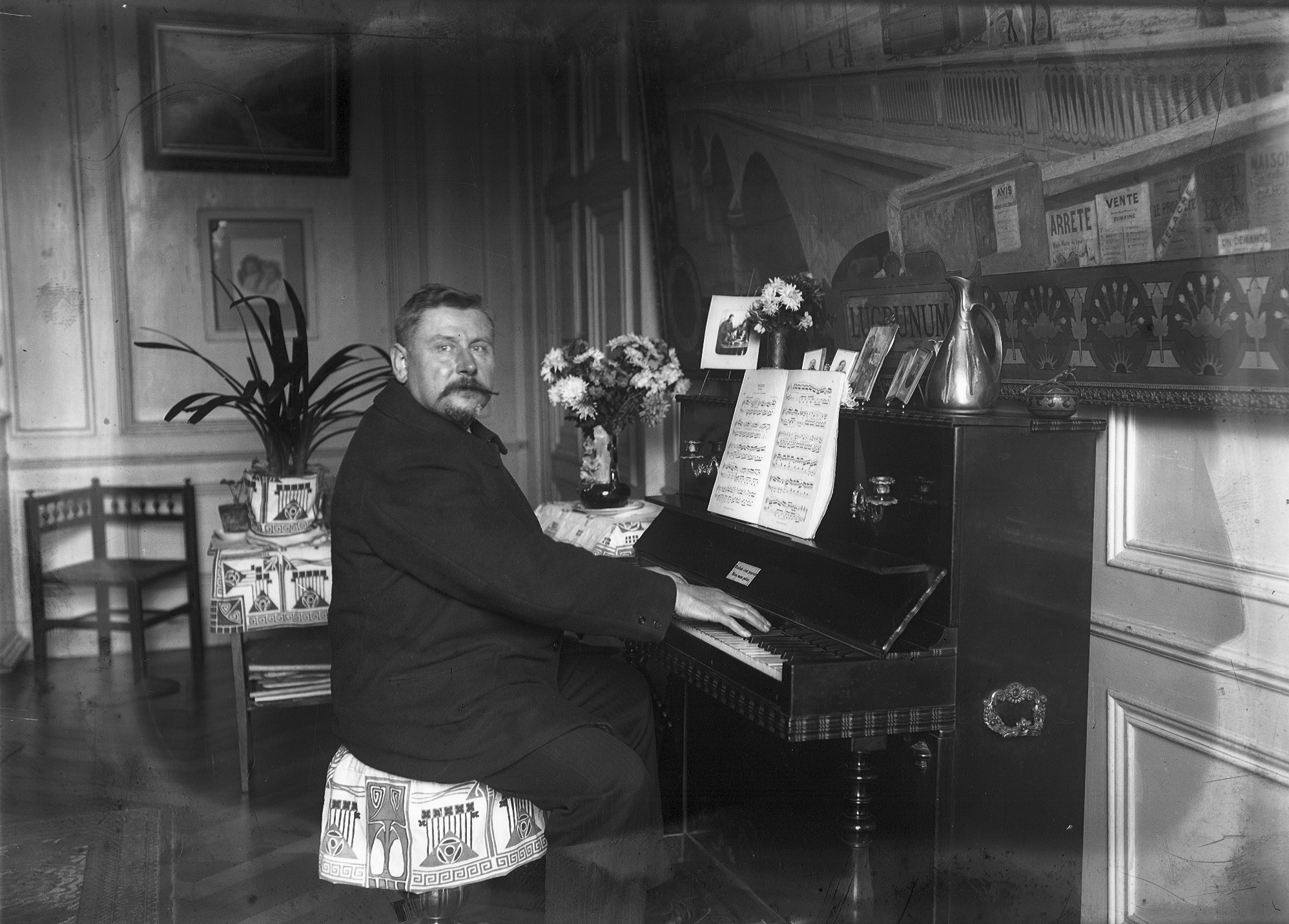 Photographes en rh ne alpes homme assis son piano dans for Interieur 1900