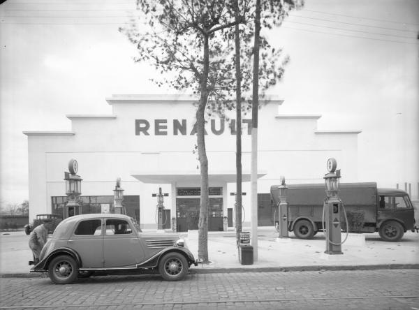 [Station-service Renault : la façade et les distributeurs de combustibles]