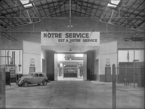 [Station-service Renault : le portail d'accès au hall]