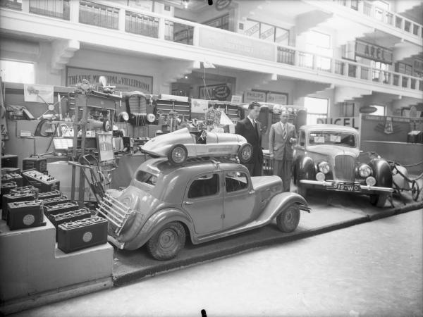 [Exposition de voitures au Palais de la Foire, quai Achille-Lignon]