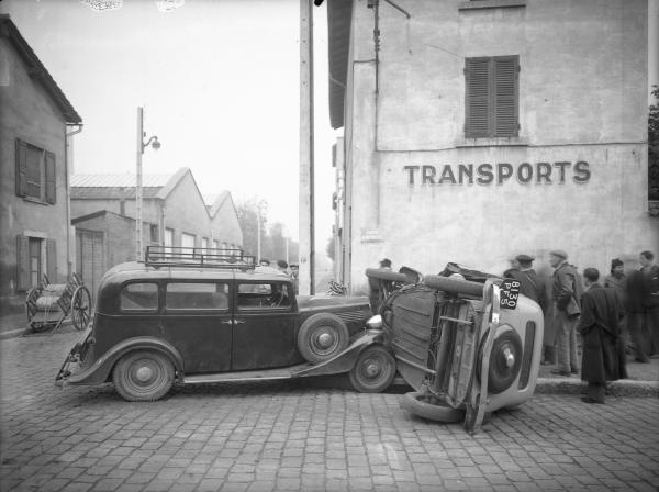 [Accident de voitures au carrefour de la rue de Villon et de la route d'Heyrieux]